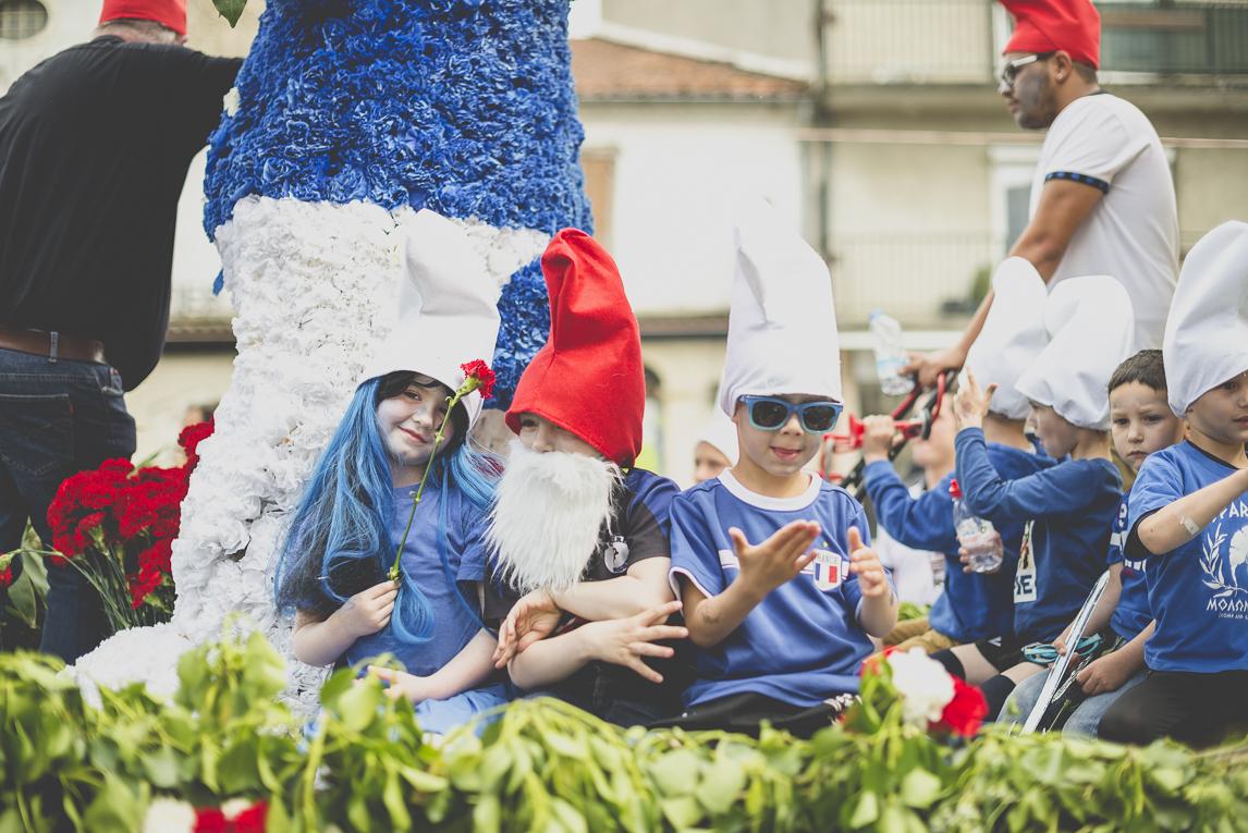 Fête des fleurs Cazères 2016 - enfants dans un défilé sur le thème des Schtroumpfs - Photographe évènementiel