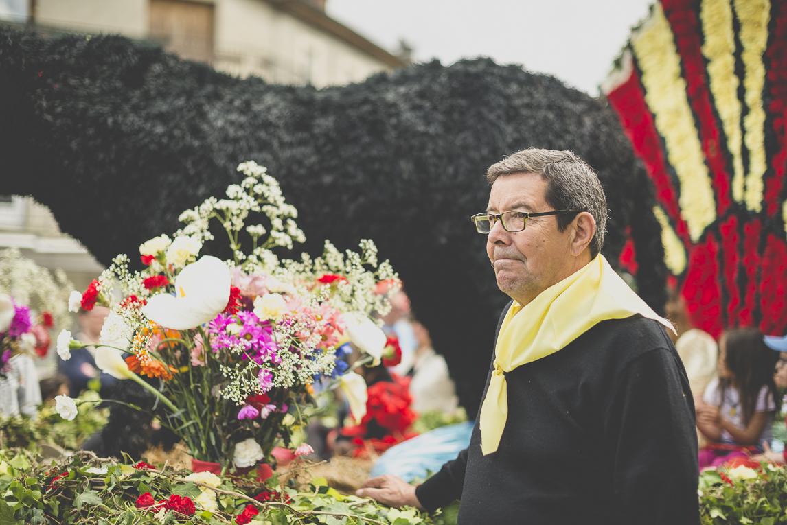 Fête des fleurs Cazères 2016 - char décoré et homme défilant - Photographe évènementiel
