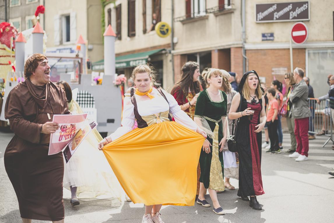 Fête des fleurs Cazères 2016 - personnes déguisées défilant - Photographe évènementiel