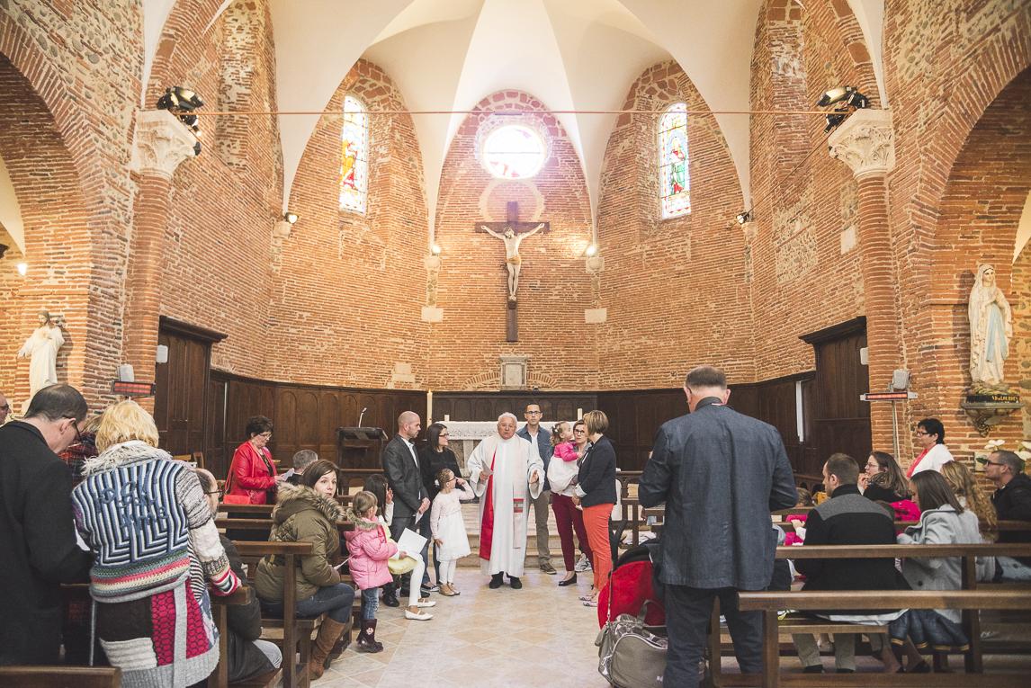 Baptême à Mondavezan - famille à l'église - Photographe de famille