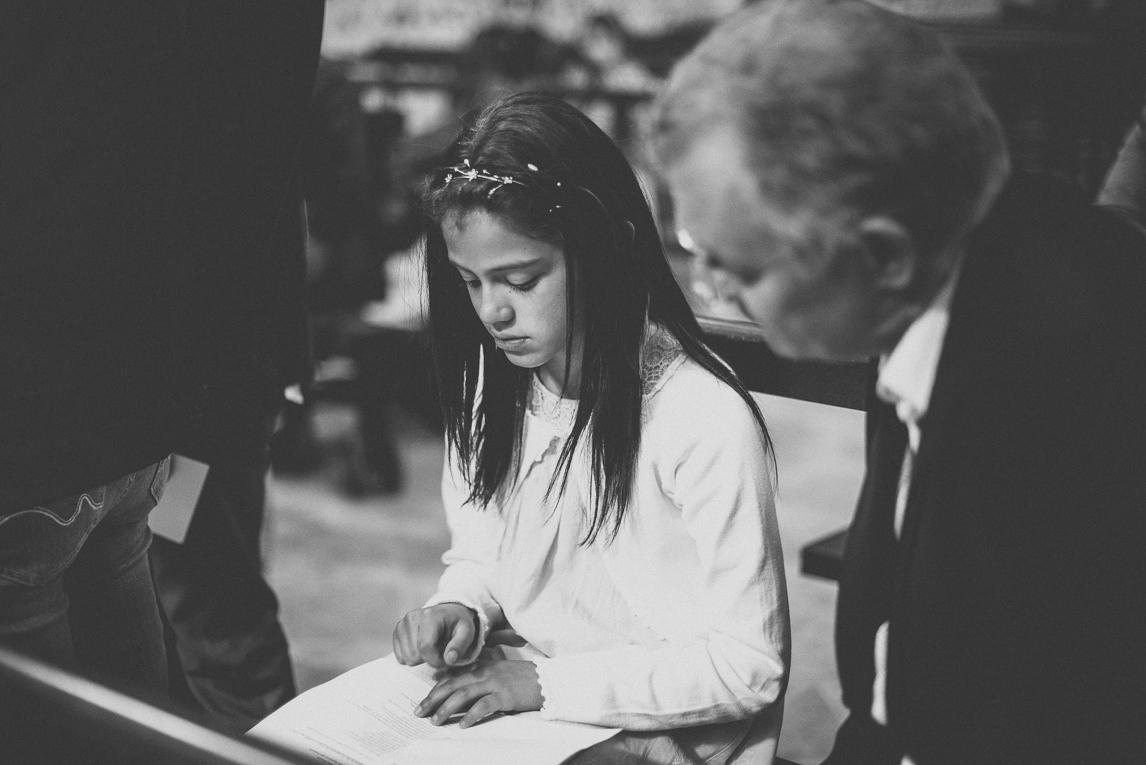 Baptême à Mondavezan - fille lisant - Photographe de famille