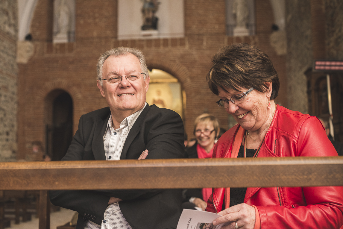 Baptême à Mondavezan - couple assis à l'église - Photographe de famille