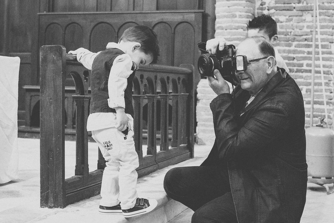 Baptême à Mondavezan - Homme photographiant un petit garçon - Photographe de famille