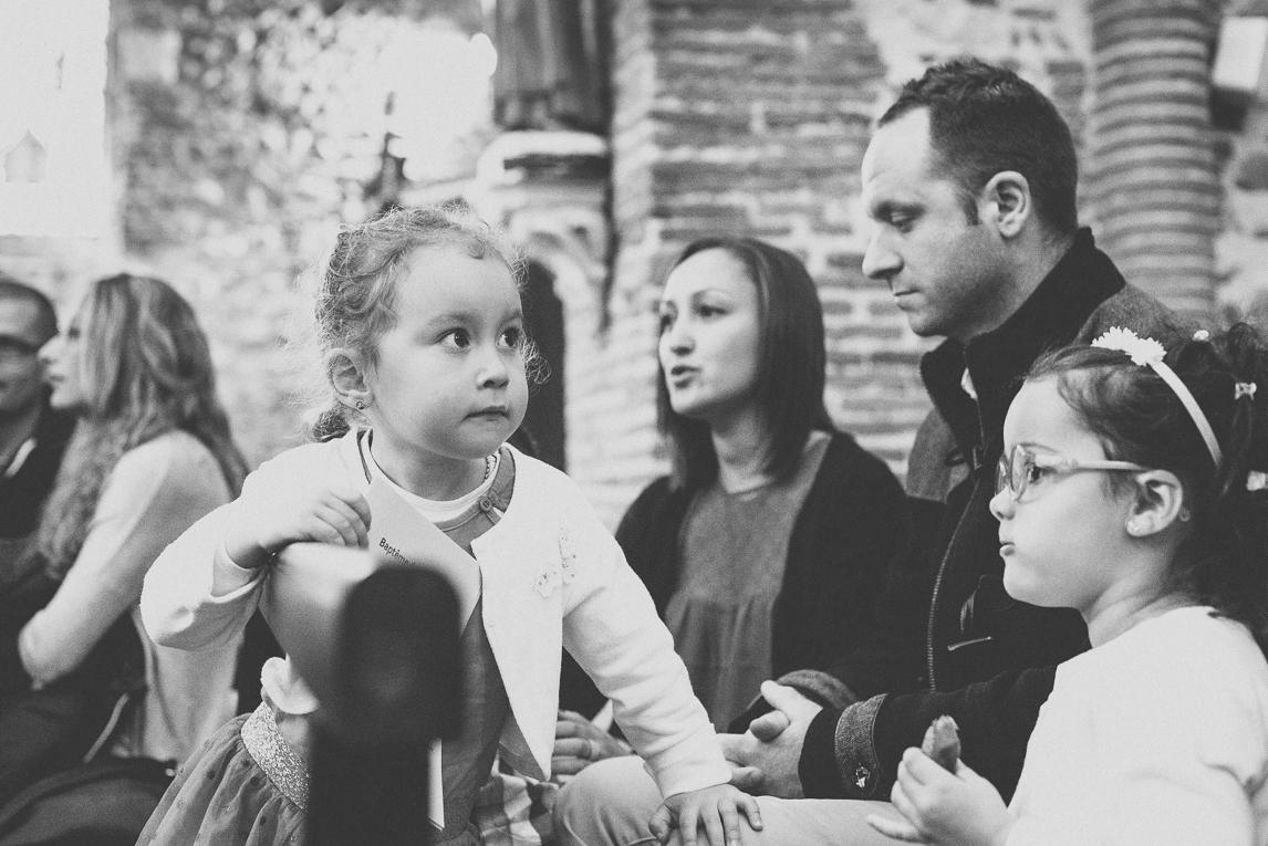 Baptême à Mondavezan - Portrait d'une petite fille - Photographe de famille
