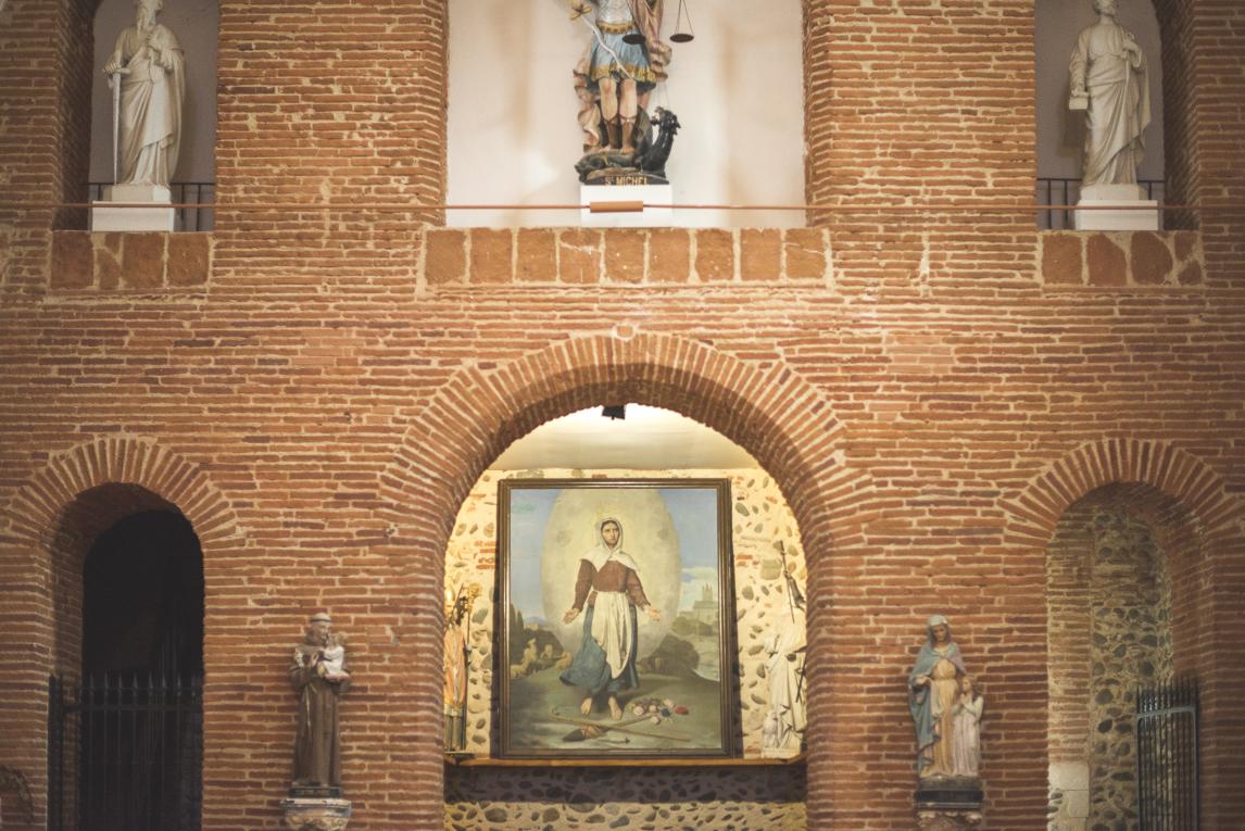 Baptême à Mondavezan - mur d'église et statues - Photographe de famille