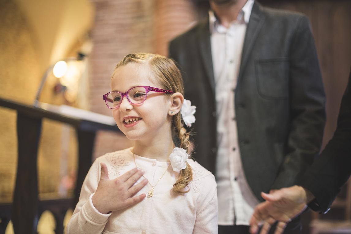 Baptême à Mondavezan - petite fille souriant - Photographe de famille
