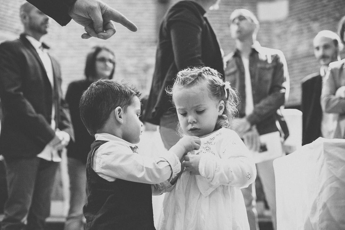 Baptême à Mondavezan - petite fille et petit garçon jouant - Photographe de famille