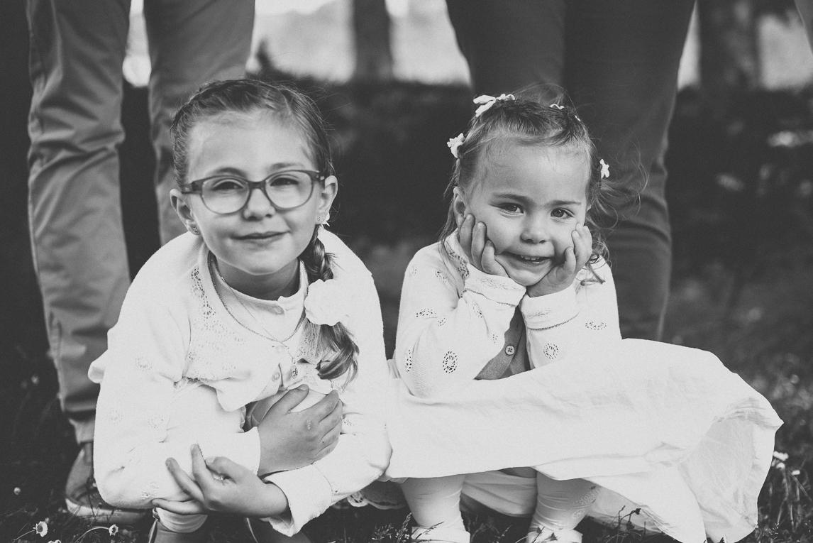 Baptême à Mondavezan - deux petites filles - Photographe de famille