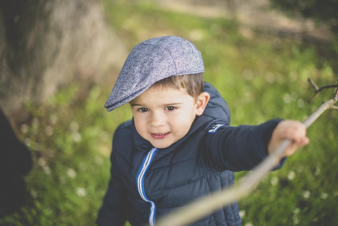 Baptême à Mondavezan - petit garçon jouant avec un bâton - Photographe de famille