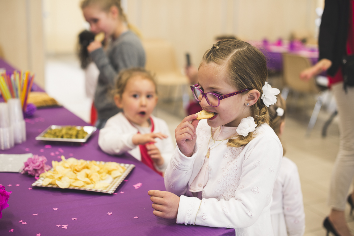Baptême à Mondavezan - Enfants mangeant des chips - Photographe de famille