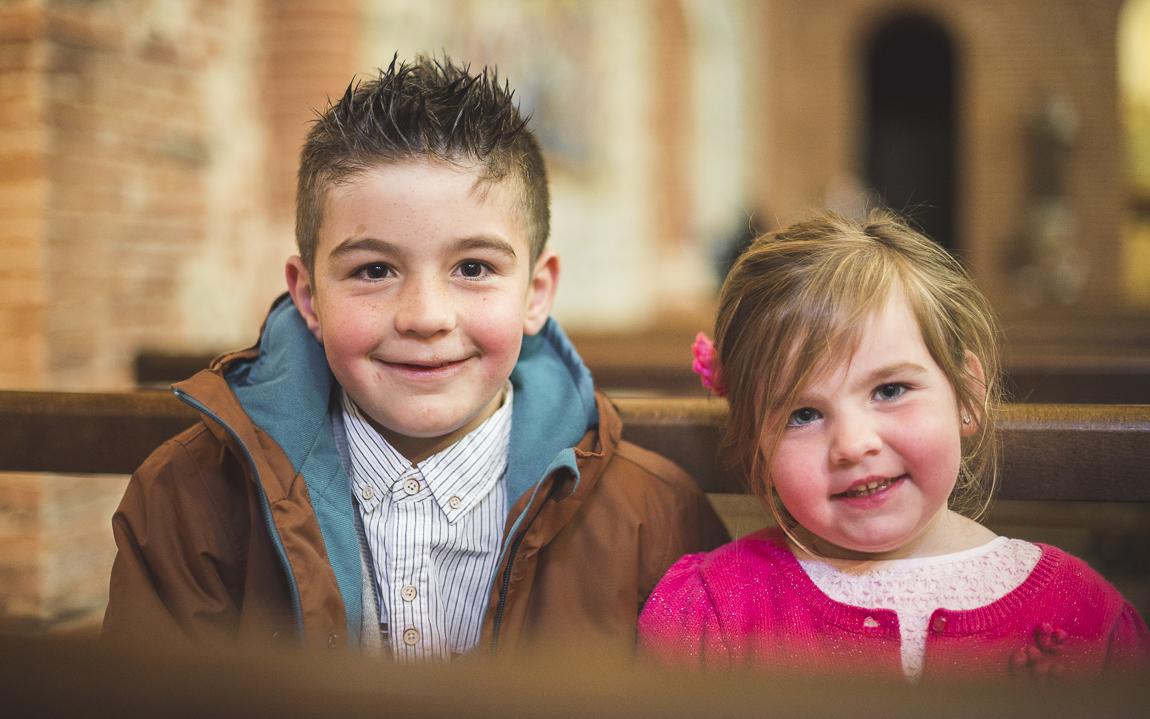 Baptême à Mondavezan - deux enfants souriant - Photographe de famille