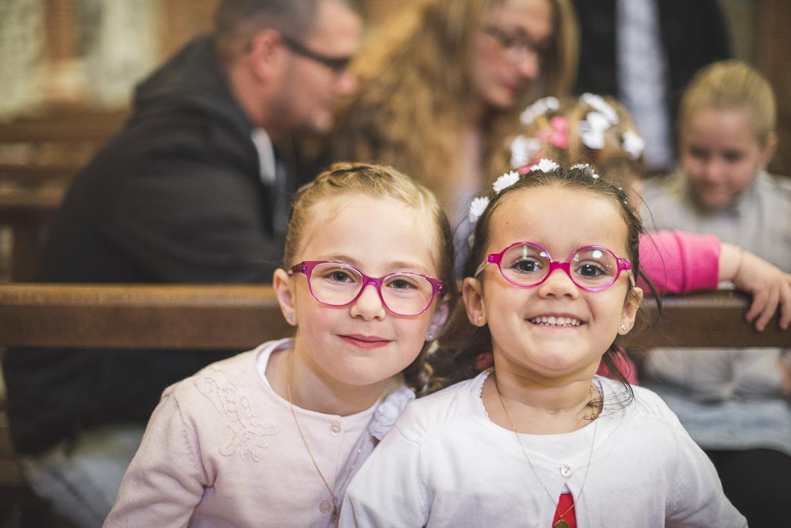 Baptême à Mondavezan - deux petites filles souriant - Photographe de famille
