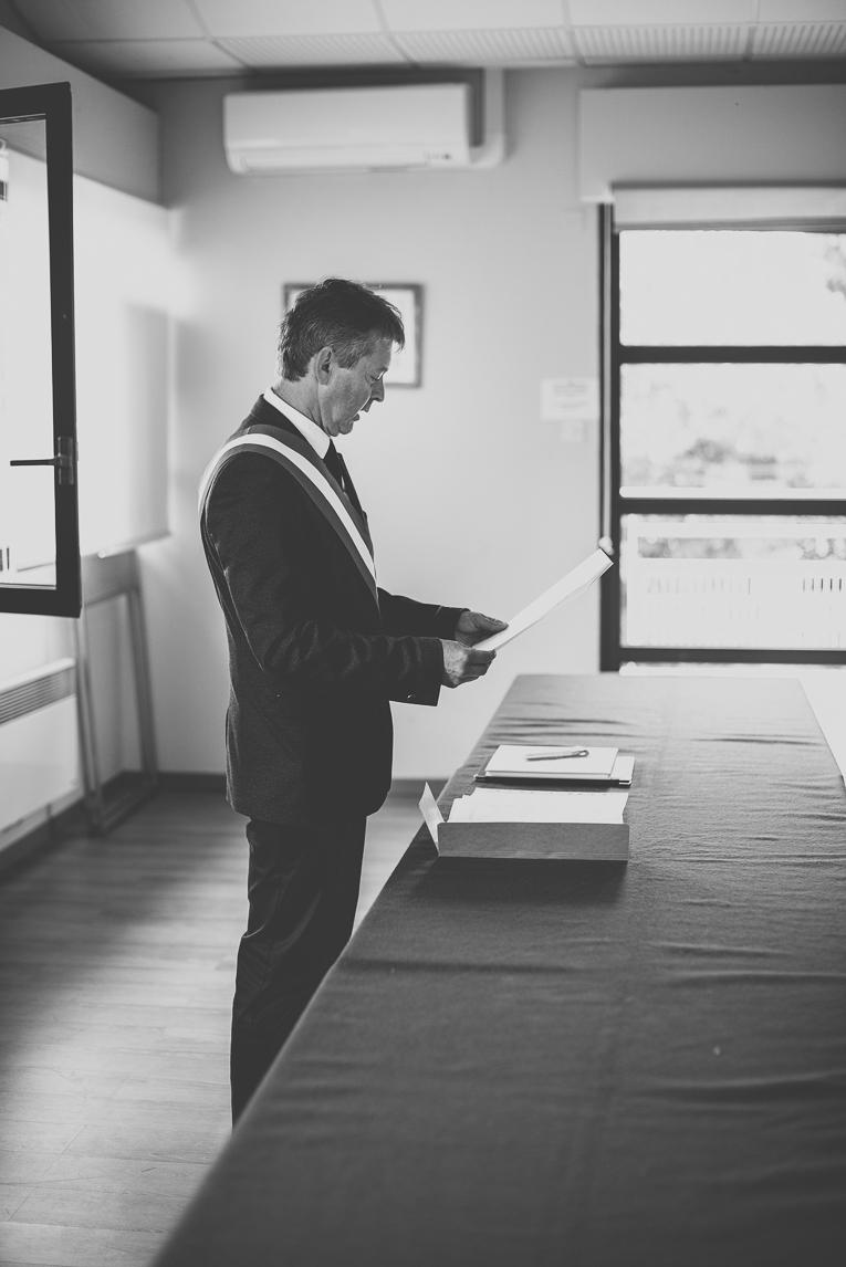 Reportage mariage Toulouse - maire pendant cérémonie civile - Photographe mariage