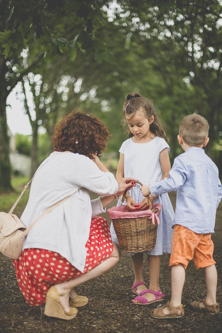 Wedding Photography Toulouse - children and mother around a basket of rose petals - Wedding Photographer