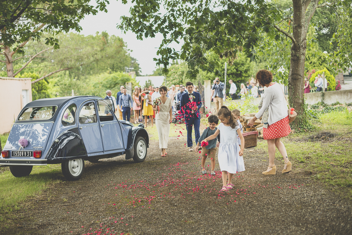 Wedding Photography Toulouse - children throw rose petals on pathway - Wedding Photographer