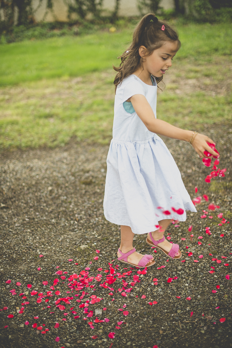 Wedding Photography Toulouse - little girl throw rose petals on pathway - Wedding Photographer