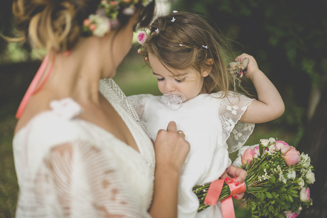 Wedding Photography Toulouse - little girl in the arms of her mother - Wedding Photographer