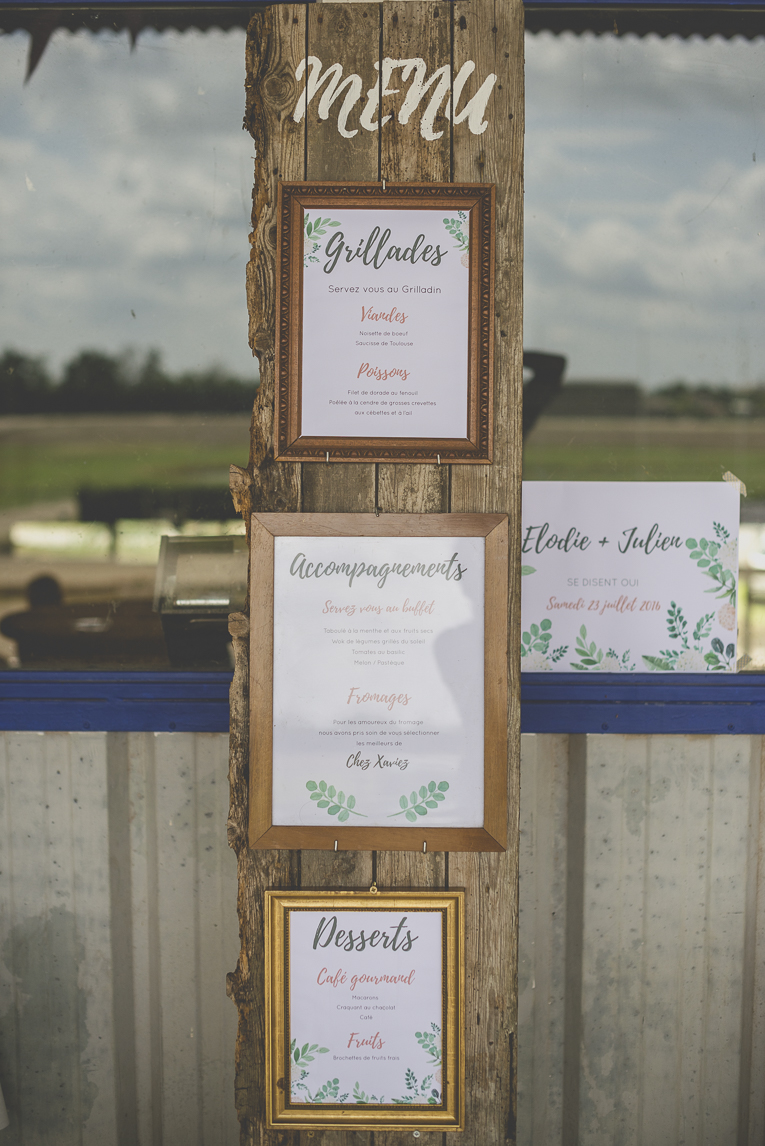 Wedding Photography Toulouse - menu on wooden board and frames - Wedding Photographer