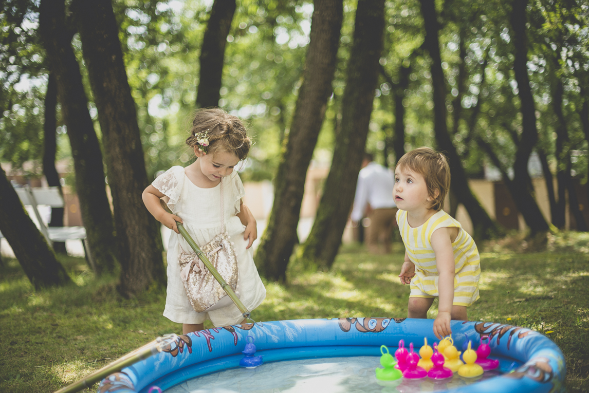 Wedding Photography Toulouse - children playing hook-a-duck game - Wedding Photographer