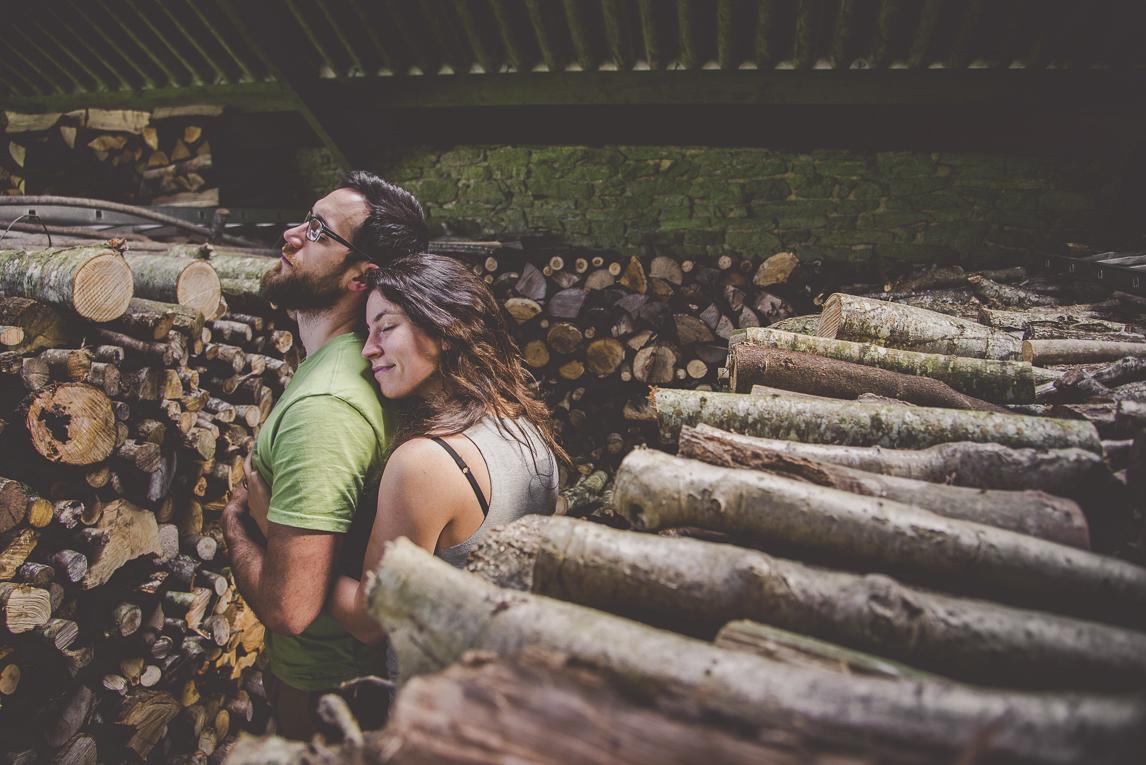 Séance couple en Bretagne - couple se fait un calin - Photographe de couple