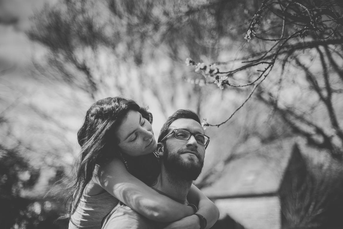 Séance couple en Bretagne - femme sur le dos de son amoureux - Photographe de couple