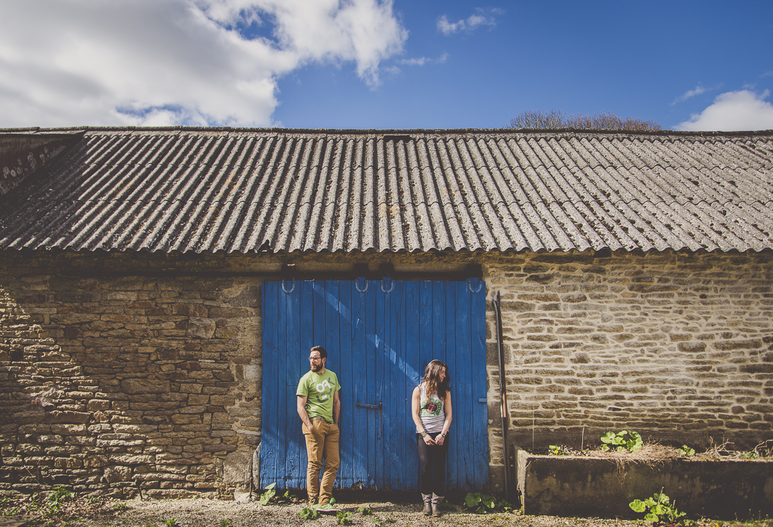 Couple session in Brittany - couple in front of blue door - Couple Photographer