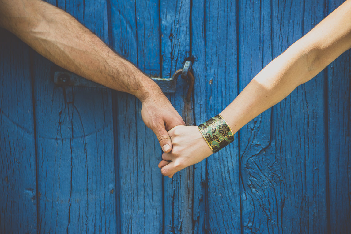 Couple session in Brittany - couple holds hands - Couple Photographer