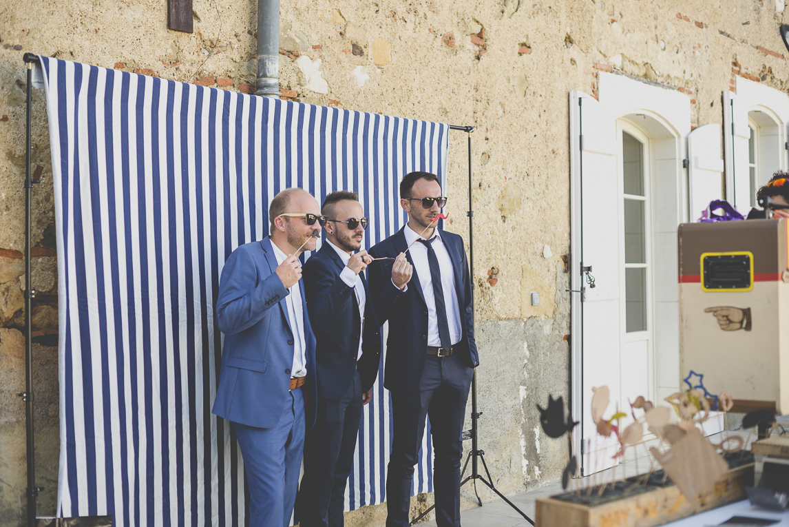 Wedding Photography South West France - group of people posing in front of photobooth - Wedding Photographer