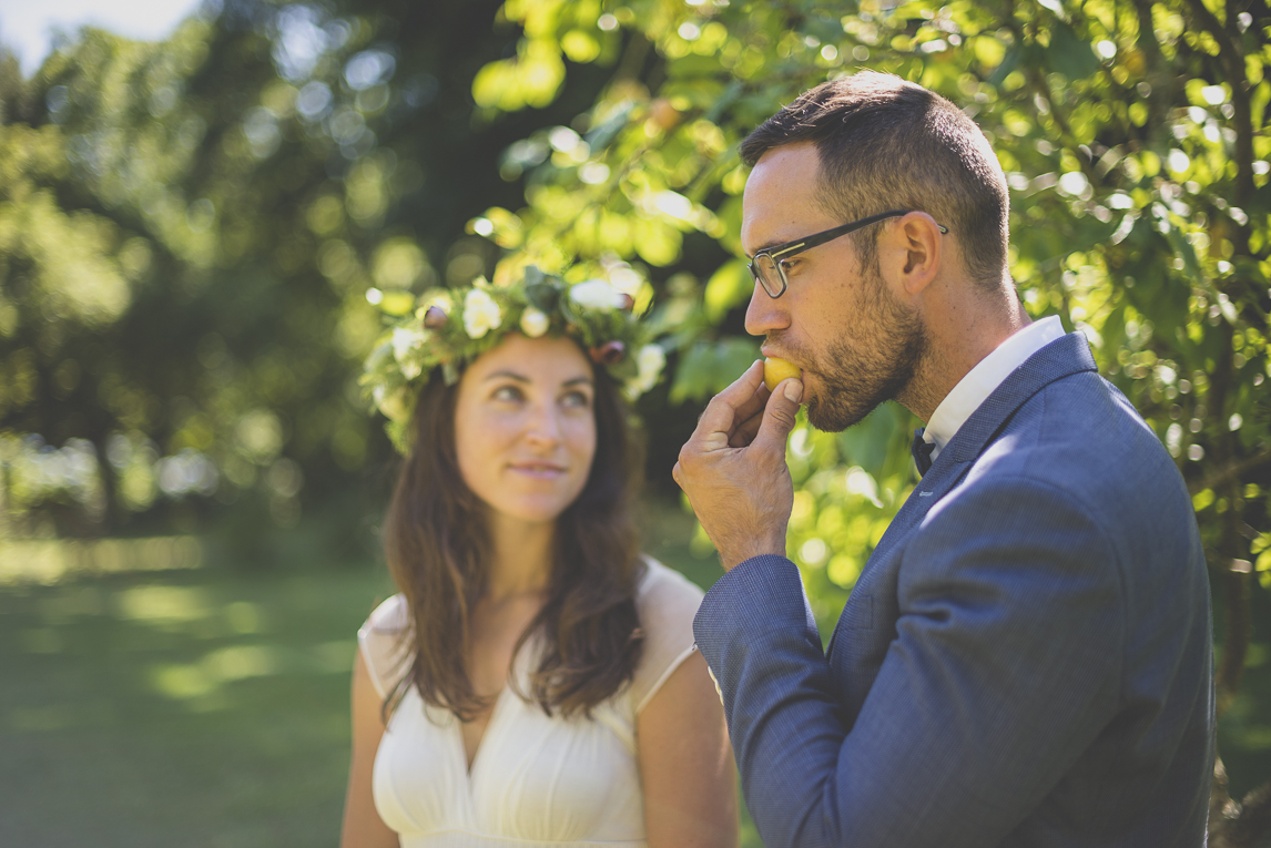 Wedding Photography Brittany - bride and groom eating fruits - Wedding Photographer