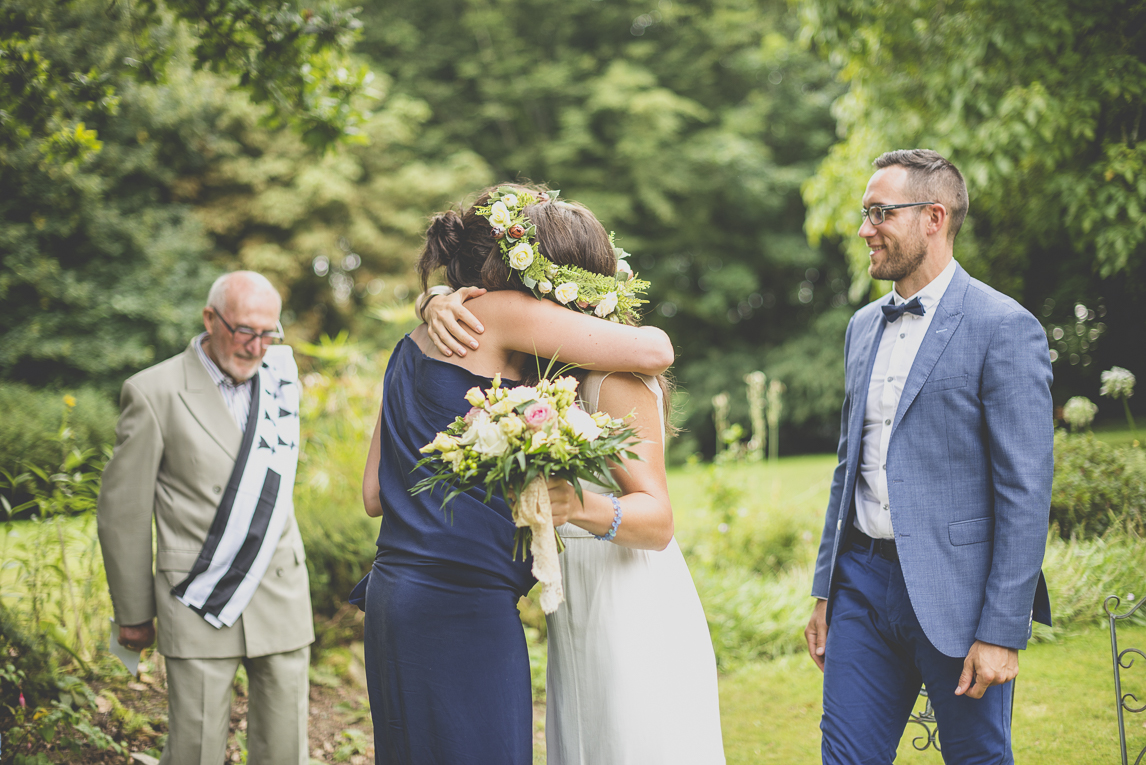 Wedding Photography Brittany - hug with the bride during ceremony - Wedding Photographer
