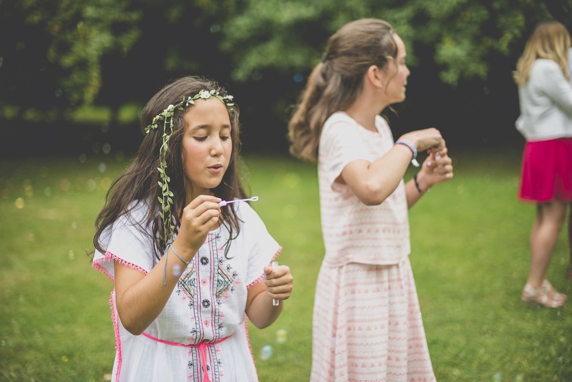 Wedding Photography Brittany - children making soap bubbles - PWedding Photographer