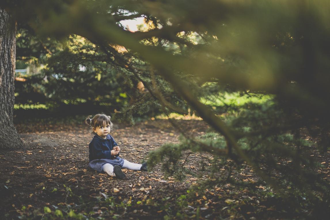 Séance photo famille - petite fille assise sous un arbre - Photographe famille