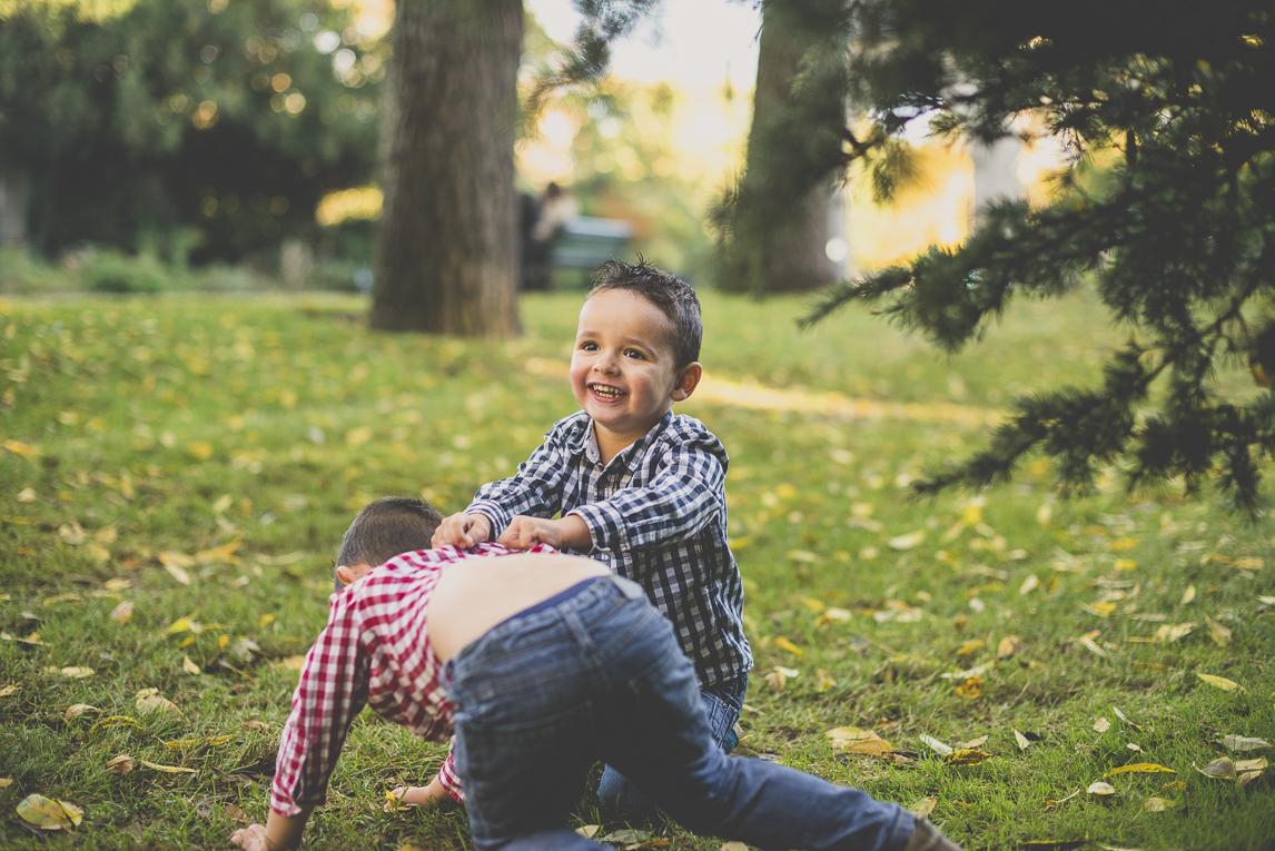 Séance photo famille - deux petits garçons jouent dans un parc - Photographe famille