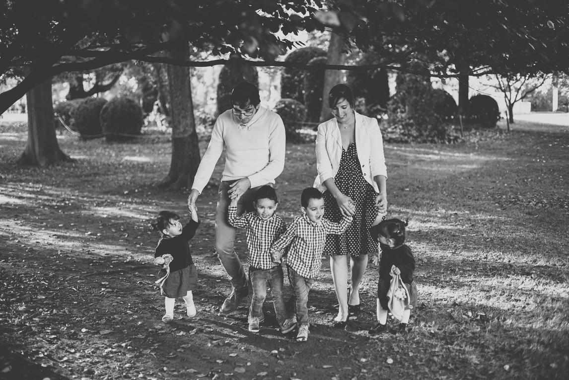 Séance photo famille - famille avec quatre enfants marche en se donnant la main - Photographe famille