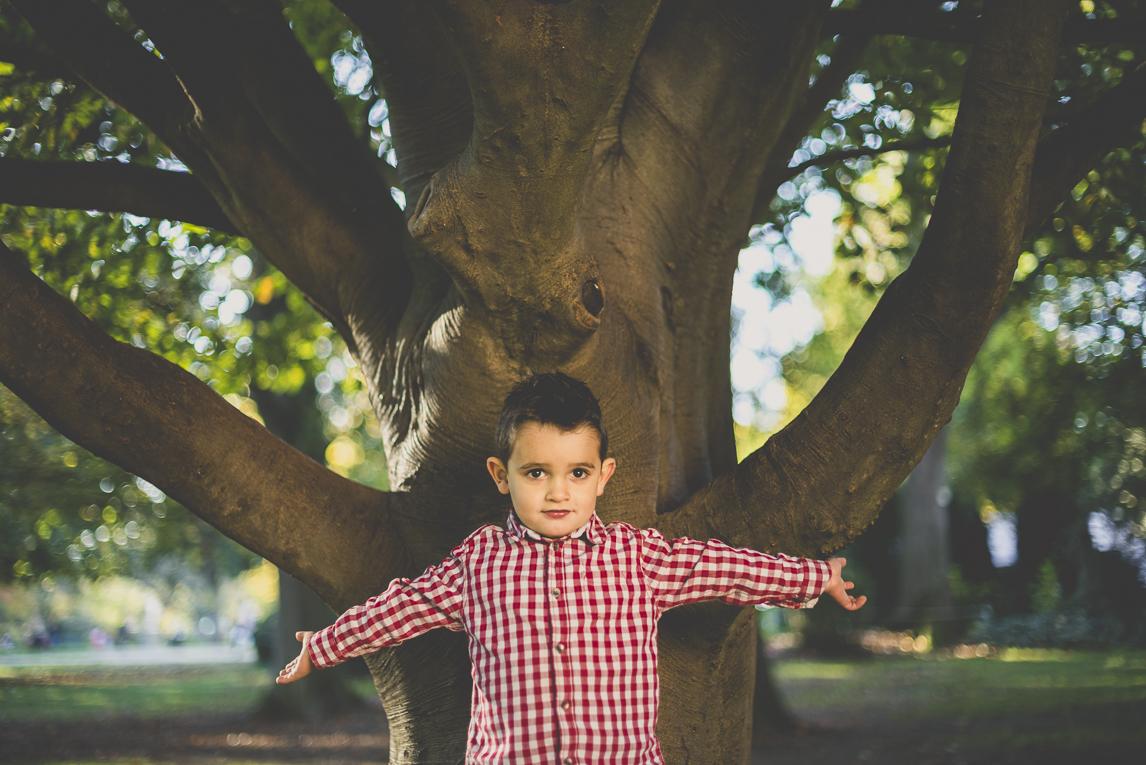 Séance photo famille - petit garçon devant un arbre - Photographe famille
