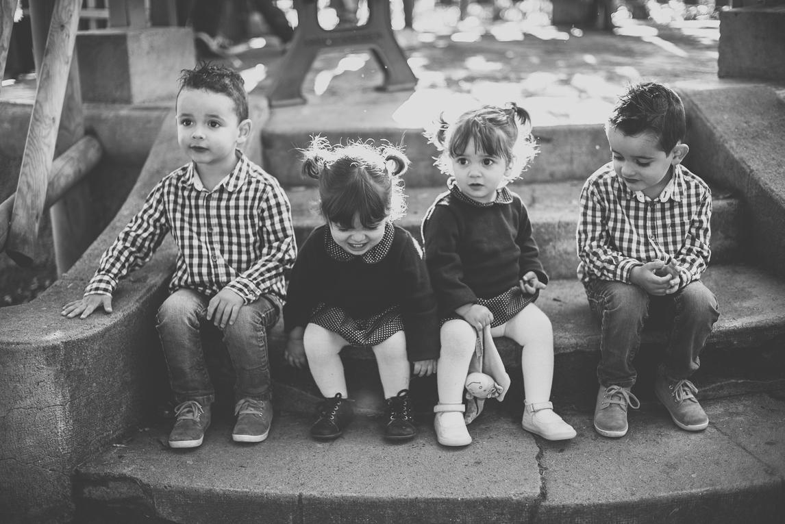 Séance photo famille - quatre petits enfants assis sur un escalier - Photographe famille