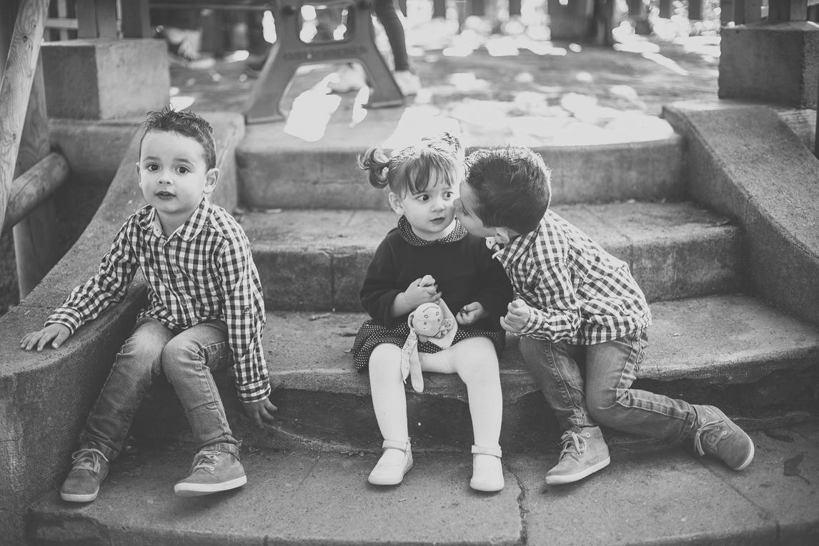 Séance photo famille - une petite fille et deux petits garçons sont assis sur un escalier - Photographe famille