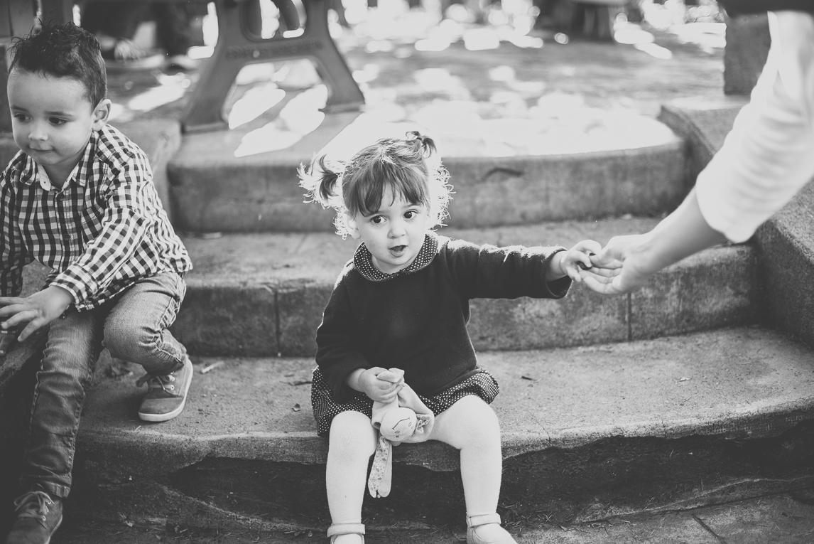 Séance photo famille - petite fille assise sur escalier - Photographe famille