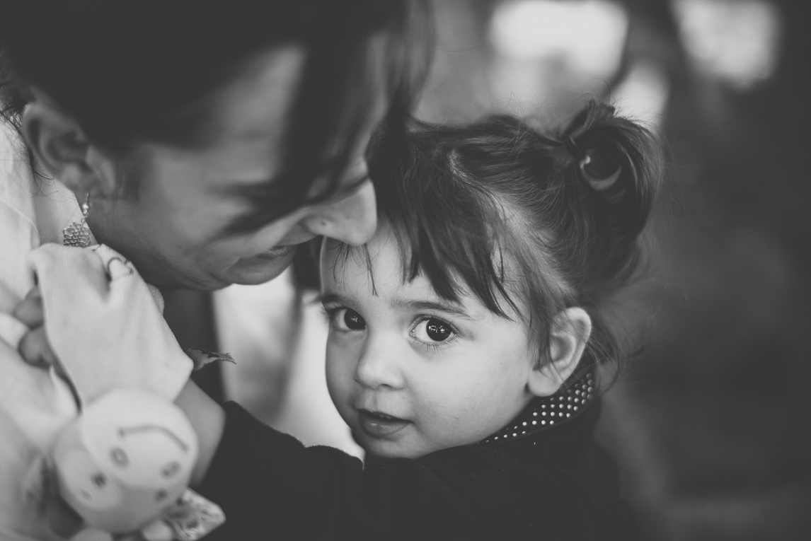 Séance photo famille - portrait d'une petite fille dans les bras de sa maman - Photographe famille