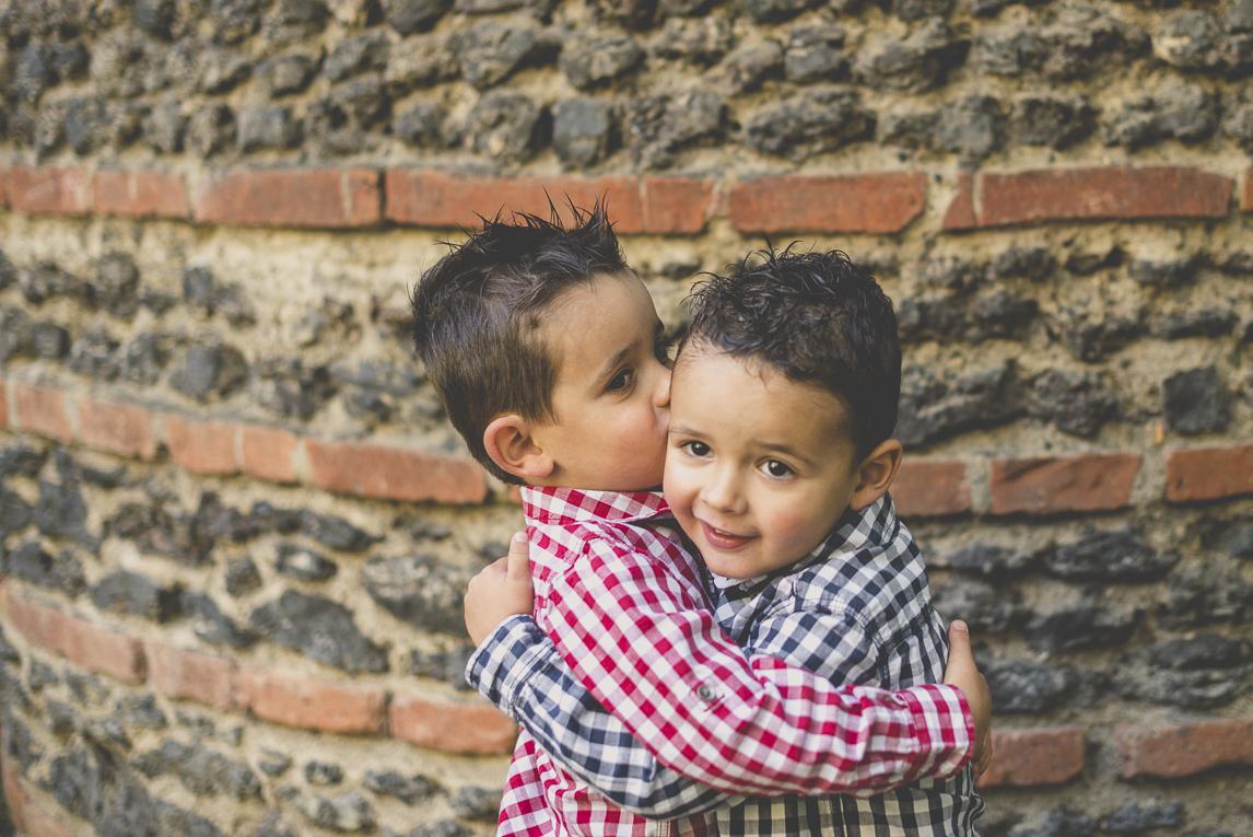 Séance photo famille - deux petits garçons se font un calin - Photographe famille