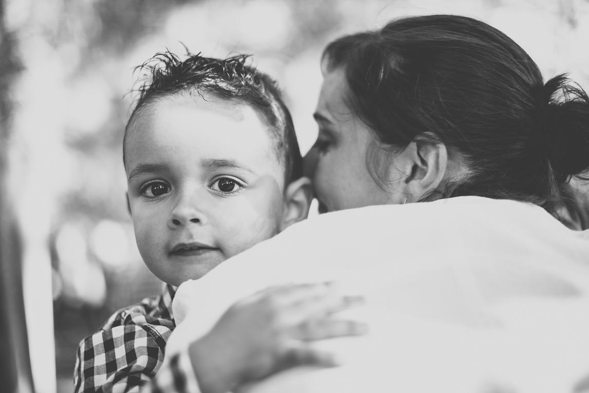 Séance photo famille - portrait d'un petit garçon dans les bras de sa maman - Photographe famille