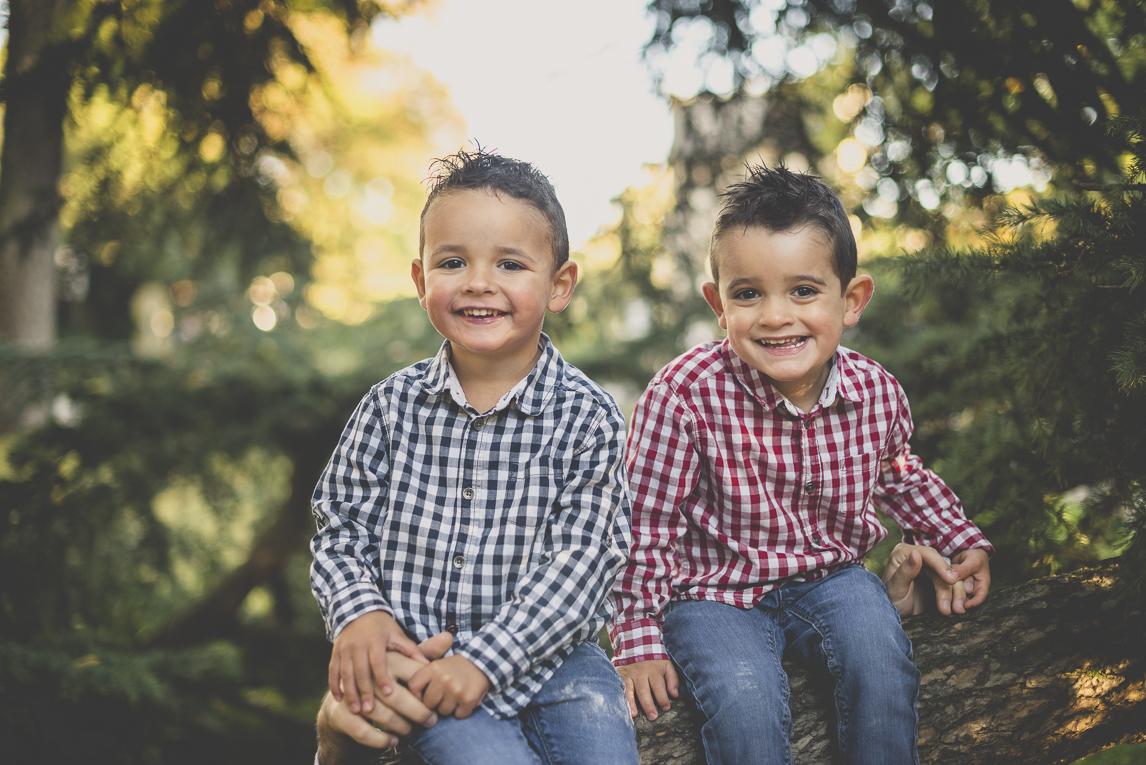 Séance photo famille - deux petits garçons rient ensemble - Photographe famille