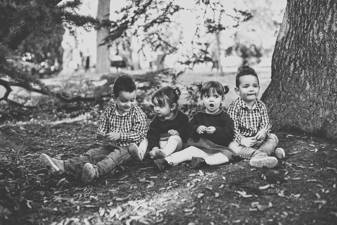 Séance photo famille - quatre enfants assis au pied d'un arbre - Photographe famille
