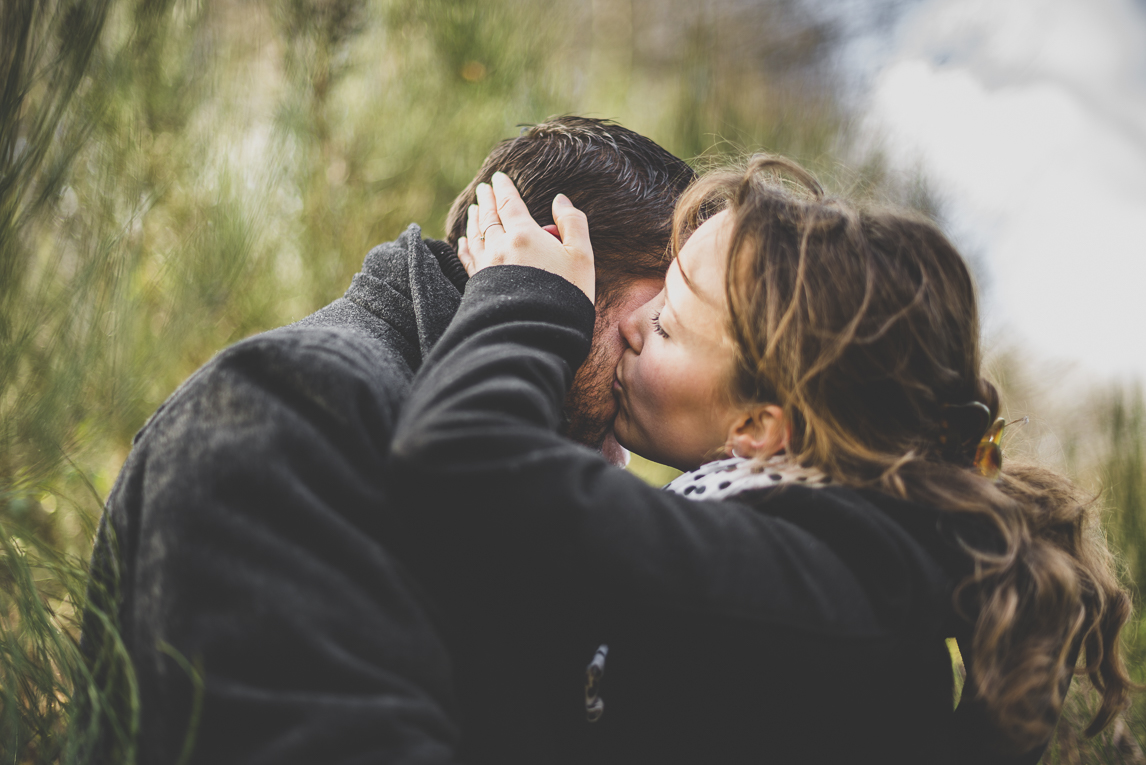 Couple session in the countryside - woman kiss her man - Couple Photographer