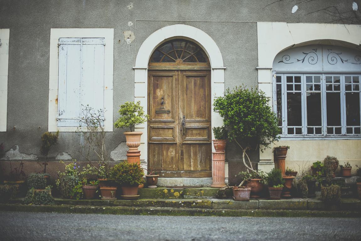Reportage village Alan - entrée de maison avec plantes en pot - Photographe voyage