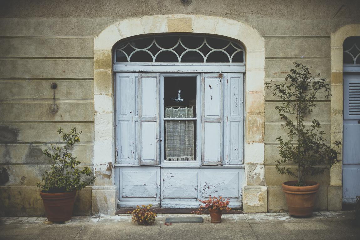 Reportage village Alan - porte bleue d'une maison - Photographe voyage