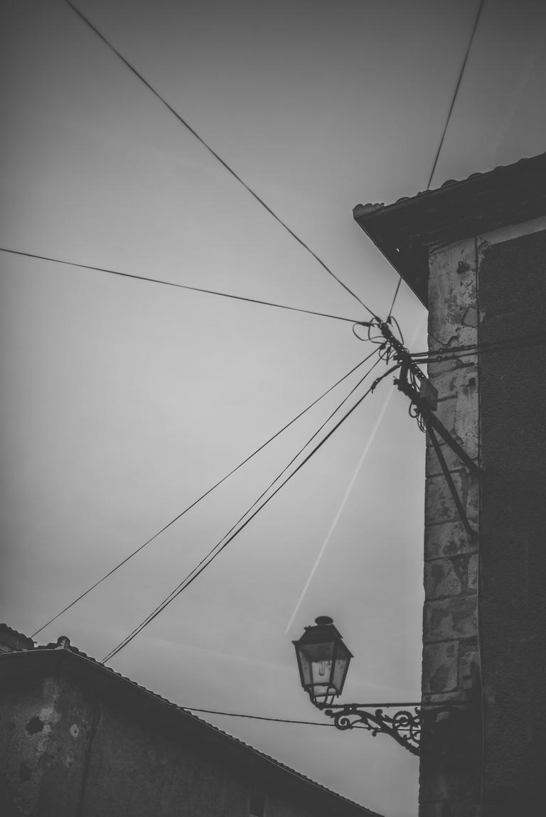 Reportage village Alan - lampadaire et cables électriques - Photographe voyage