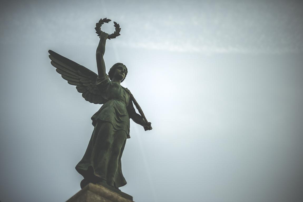 Reportage village Alan - statue devant ciel bleu - Photographe voyage