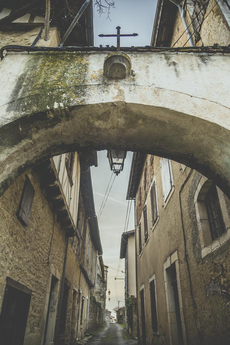 Reportage village Alan - arche au-dessus d'une ruelle - Photographe voyage