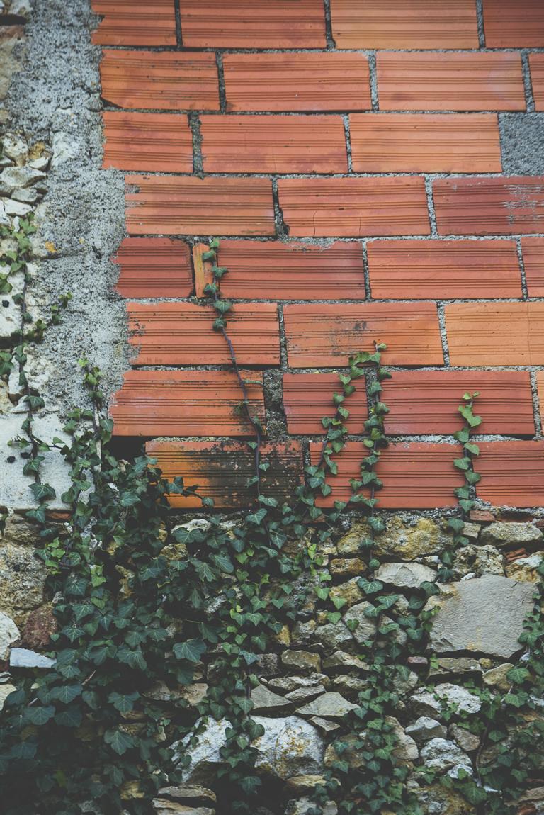 Reportage village Alan - briques rouges et lierre - Photographe voyage